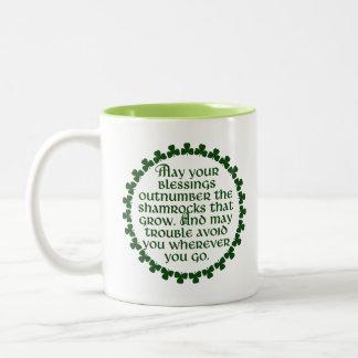 Caneca De Café Em Dois Tons Podem suas bênçãos ultrapassar os trevos, irlandês