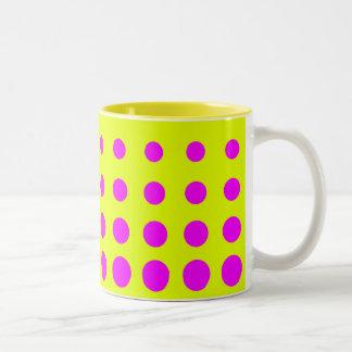 Caneca De Café Em Dois Tons Ponto amarelo & roxo do abstrato do vetor
