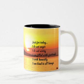 Caneca De Café Em Dois Tons Princípios de Reiki no amarelo do nascer do sol do