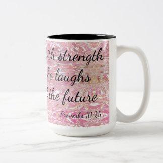 Caneca De Café Em Dois Tons Provérbio é vestida na força & na dignidade