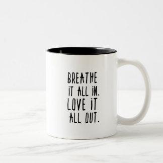Caneca De Café Em Dois Tons Respire-o dentro. Ame-o para fora