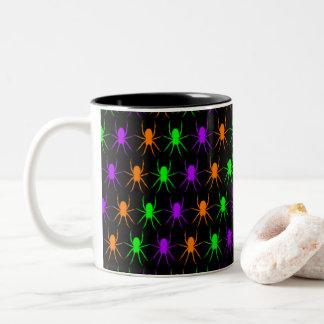 Caneca De Café Em Dois Tons Teste padrão brilhante das aranhas no preto