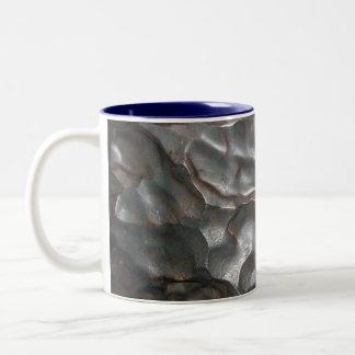 Caneca De Café Em Dois Tons Teste padrão metálico da rocha do meteorito,