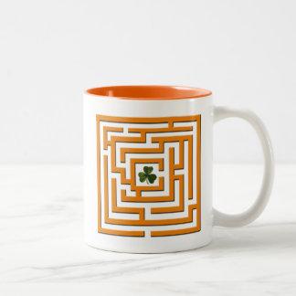 Caneca De Café Em Dois Tons Trevo no desafio alaranjado do labirinto