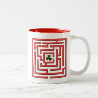 Caneca De Café Em Dois Tons Trevo no desafio vermelho do labirinto
