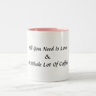 Caneca De Café Em Dois Tons Tudo que você precisa é amor e uns muitos da