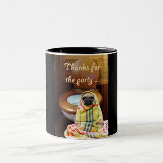 Caneca De Café Em Dois Tons uma imagem de um cão do pug que está ao lado de um