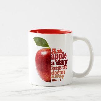 Caneca De Café Em Dois Tons Uma maçã um o dia