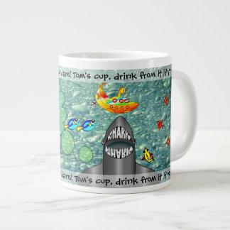 Caneca de café enorme submarina do tubarão e da