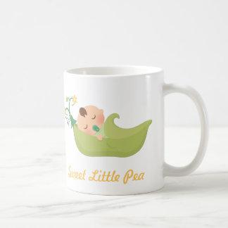 Caneca De Café Ervilha doce em um bebé bonito do vagem