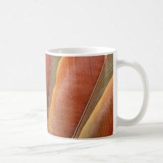 Caneca De Café Escarlate das penas Vermelho-Alaranjadas do Macaw