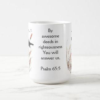 Caneca De Café Escritura da bíblia do 65:5 do salmo você responde