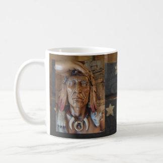 Caneca De Café Escultura indiana do nativo americano com penas da
