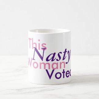 Caneca De Café Esta mulher desagradável votada. Hillary 2016
