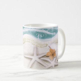 Caneca De Café Estrela do mar na água do mar da cerceta da praia