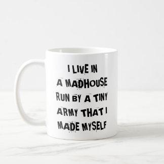 Caneca De Café Eu vivo em um funcionamento do Madhouse por um