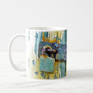 Caneca De Café Fechamento rústico fim azul afligido da porta de