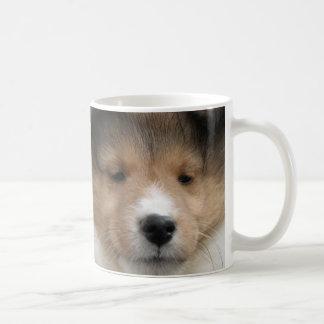 Caneca De Café Feche acima da cara do filhote de cachorro do