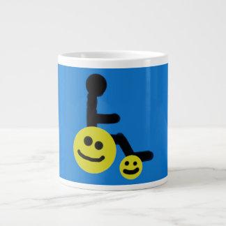 Caneca de café feliz da cadeira de rodas das rodas