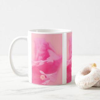 Caneca De Café Fim-acima cor-de-rosa das folhas e da flor do