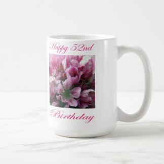 Caneca De Café Flor cor-de-rosa e verde do 52nd aniversário feliz