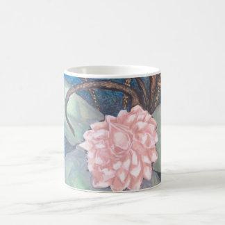 Caneca De Café Flor oriental da flor com fundo do azul de oceano
