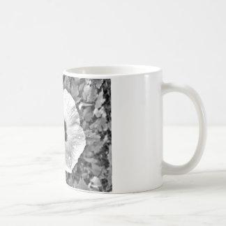 Caneca De Café Flor preto e branco com os pingos de chuva nela