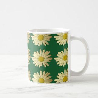 Caneca De Café Flores da margarida em um gramado verde