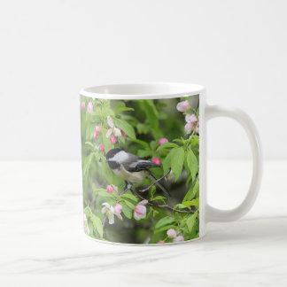 Caneca De Café Flores do Chickadee e do primavera