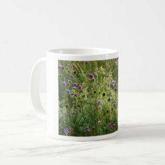 Caneca De Café Flores selvagens roxas em um prado verde