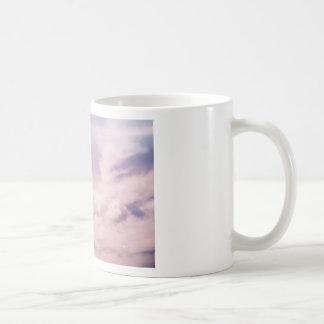Caneca De Café Flutuação em nuvens roxas macias