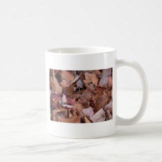 Caneca De Café Folhas da queda nas montanhas fumarentos
