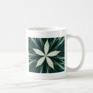 Caneca De Café Folhas do branco em um caleidoscópio verde da