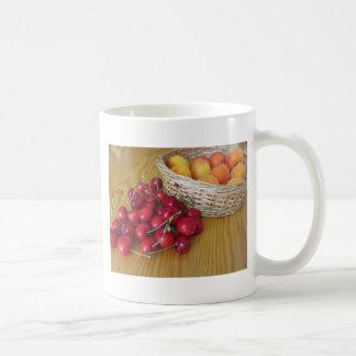 Caneca De Café Frutas frescas do verão na mesa de madeira leve