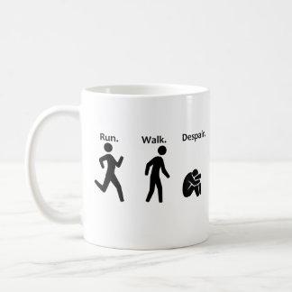 Caneca De Café Funcionamento. Caminhada. Desespero. Maratona