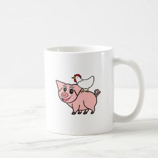 Caneca De Café Galinha branca que está no porco cor-de-rosa