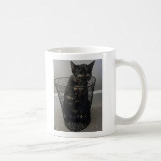 Caneca De Café Gato em um balde do lixo