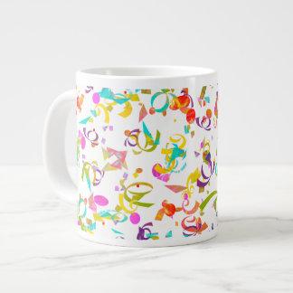 Caneca De Café Gigante Fundo colorido do lance dos confetes sobre o