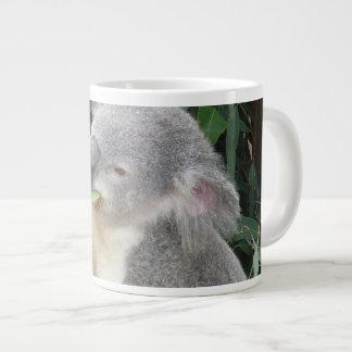 Caneca De Café Gigante Koala que come a folha da goma