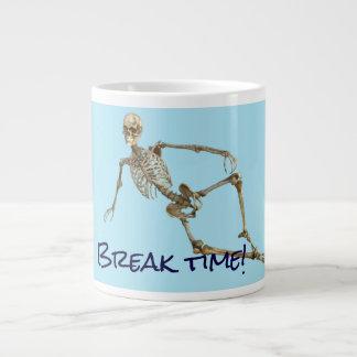 """Caneca De Café Gigante O esqueleto de relaxamento diz da """"o tempo ruptura"""