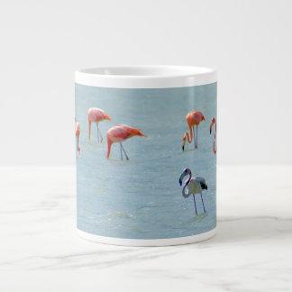 Caneca De Café Gigante Rebanho cinzento e cor-de-rosa dos flamingos no