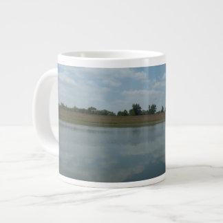 Caneca De Café Grande A água do lago reflete as nuvens brancas macias