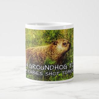 Caneca De Café Grande Abrace um groundhog hoje. Fique uma raiva