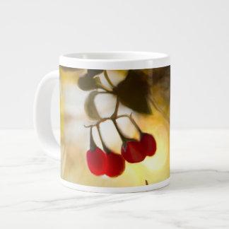 Caneca De Café Grande Bagas vermelhas bonitas na luz solar da manhã