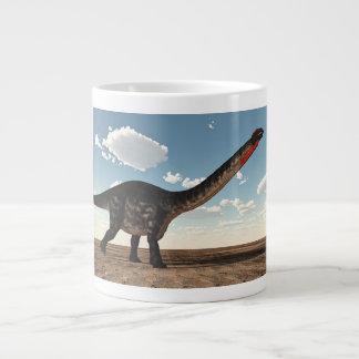Caneca De Café Grande Dinossauro do Apatosaurus no deserto - 3D rendem