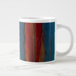 Caneca De Café Grande Do Macaw escarlate de penas de cauda