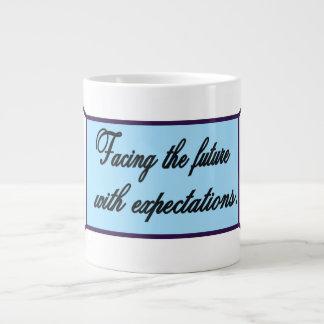 Caneca De Café Grande Enfrentando o copo futuro da expectativa