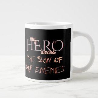 Caneca De Café Grande Meu herói veste a pele dos inimigos
