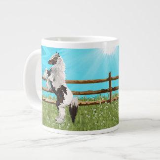 Caneca De Café Grande O cavalo de Vanner em um campo celestial das