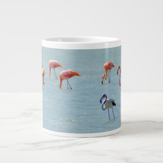 Caneca De Café Grande Rebanho cinzento e cor-de-rosa dos flamingos no